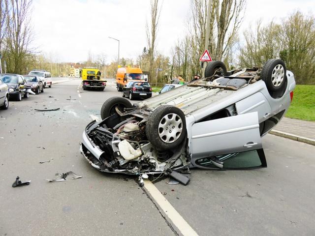 車が事故を起こしひっくり返っている