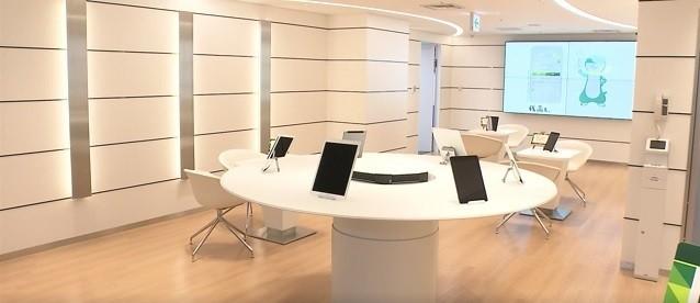 三井住友銀行新宿店の白を基調としたデジタルスペース